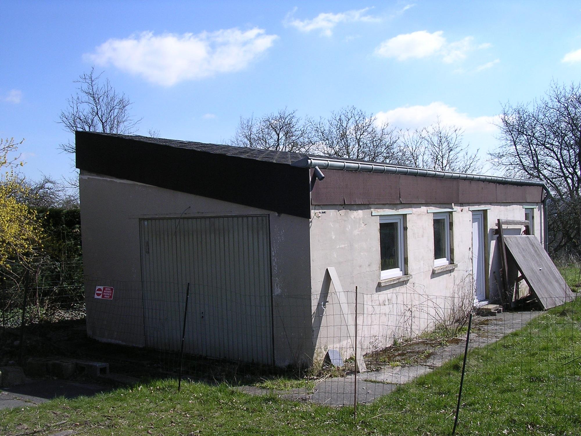 Garage sur un terrain de fond – Bouge